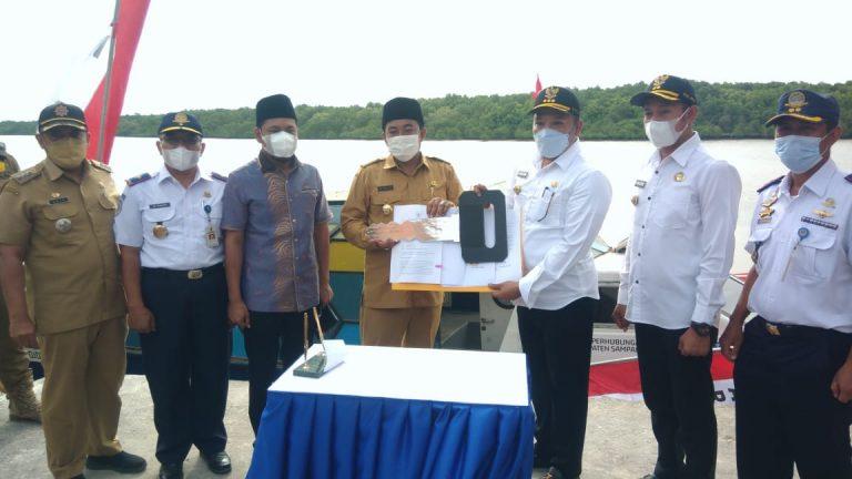 Bupati Sampang Serahkan Kapal Speed Boat ke Desa Marparan