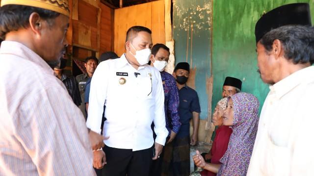 Pakai Uang Pribadi, Bupati Sampang Perbaiki Rumah Janda di Desa Kembang Jeruk